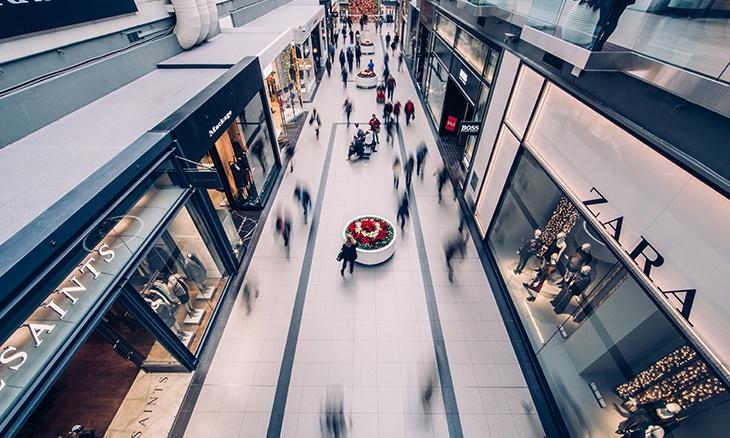 Photo d'une galerie commerciale avec plusieurs grandes enseignes.